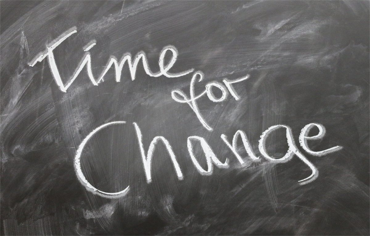 """Das Bild zeigt eine Schiefertafel, auf der mit Kreide """"Time for Change"""", zu Deutsch """"Zeit für Verän-derung"""", geschrieben ist."""